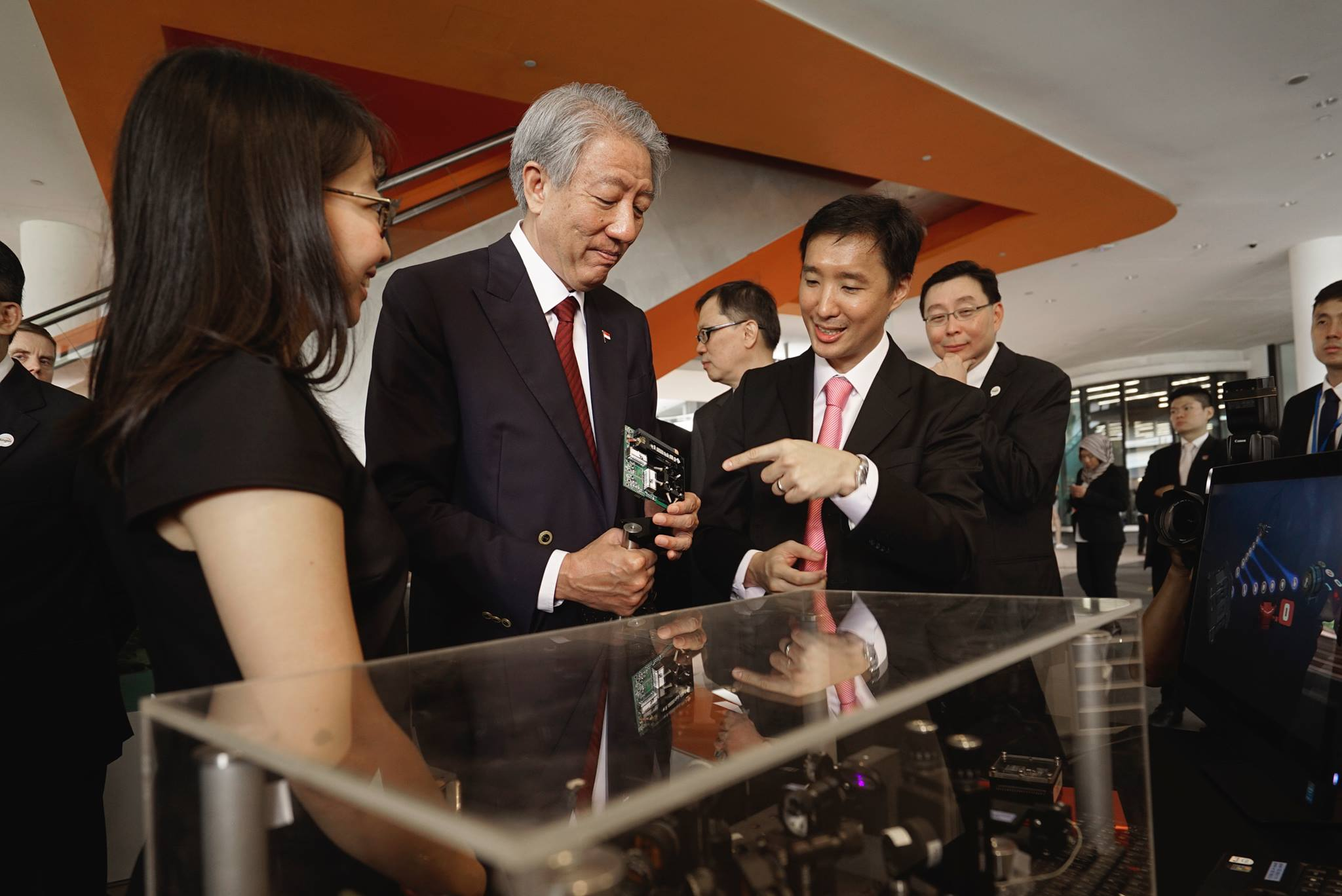 CQT's Alexander Ling presenting a QKD kit to Singapore Deputy Prime Minister Mr Teo Chee Hean