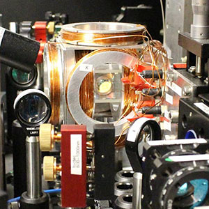 Quantum apparatus to enhance interaction of single photons with a single atom