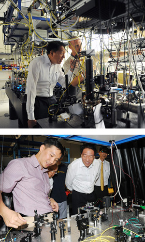 Singapore DPM Teo Chee Hean visits labs at the Centre for Quantum Technologies.